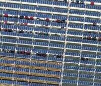 Luftauzfnahme aines PV-überdachten Parkplatzes mit Autos