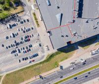 Luftbild von Suparmarkt-Dach und Parkplatz: hier ist noch viel Platz für Photovoltaik
