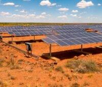 Photovoltaik in Südafrika: Aufgeständerte Module auf rötlich gefärbtem Boden zur Versorgung einer Farm