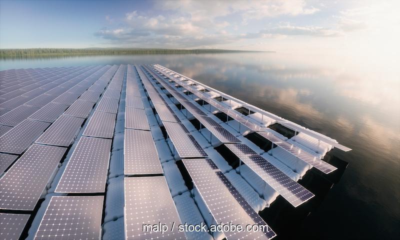 Floating PV Anlage im Morgendunst