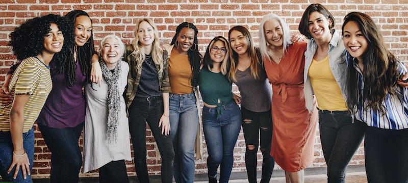 Lachende diverse Frauen