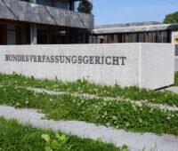 Ansicht des Eingangsbereichs des Bundesverfassungsgerichts - außen - im Vordergrund sprießt das grünes Gras