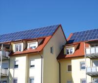Mehrfamilienhäuser mit Photovoltaikanlage auf dem Dach