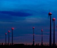 Dauerblinken bei Windkraftanlagen in der Nacht