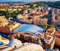 Von oben die Sicht auf den Vatikan - in der Mitte die Audienzhalle des Papstes mit großer Photovoltaikanlage.