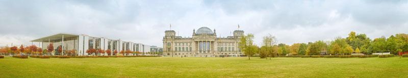 Vorn eine Wiese, hinten in der Mitte das Gebäude des Bundestages