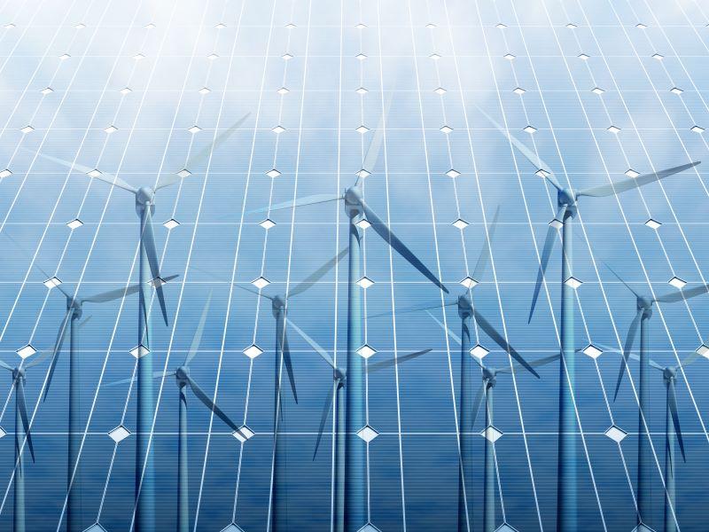 Windkraftanlagen reflektieren auf blauen Solarmodulen.