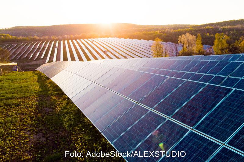 Solarpark im Sonnenuntergang