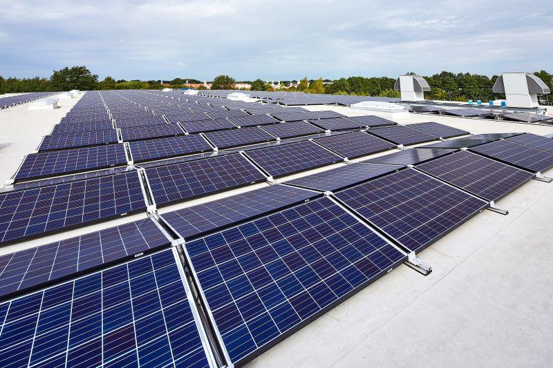 Flachdach mit Photovoltaikmodulen.