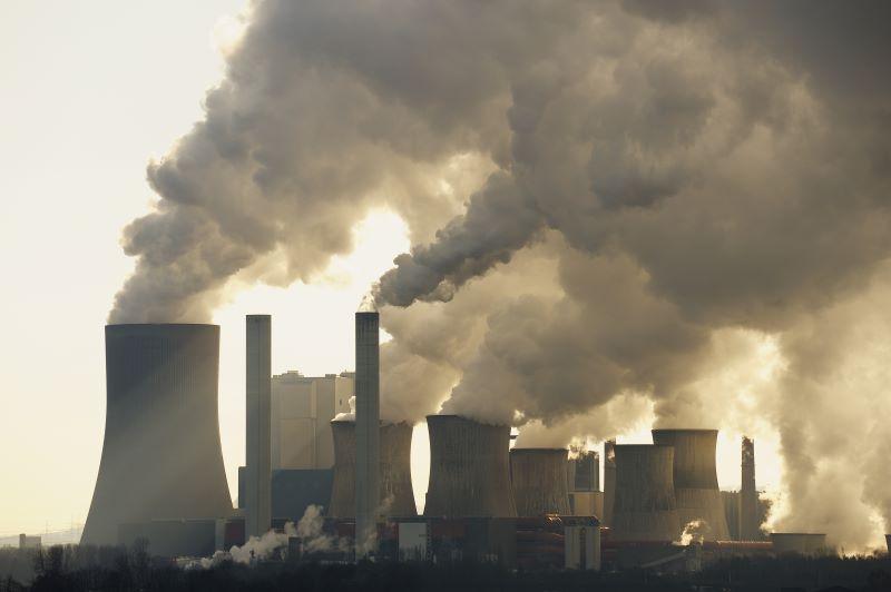 Schlote eines Braunkohlekraftwerks emittieren große Mengen an Abgasen
