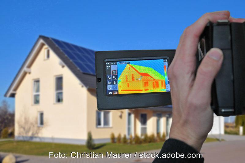 Wärmebildkamera fotografiert Einfamilienhaus mit Photovoltaik-Dach