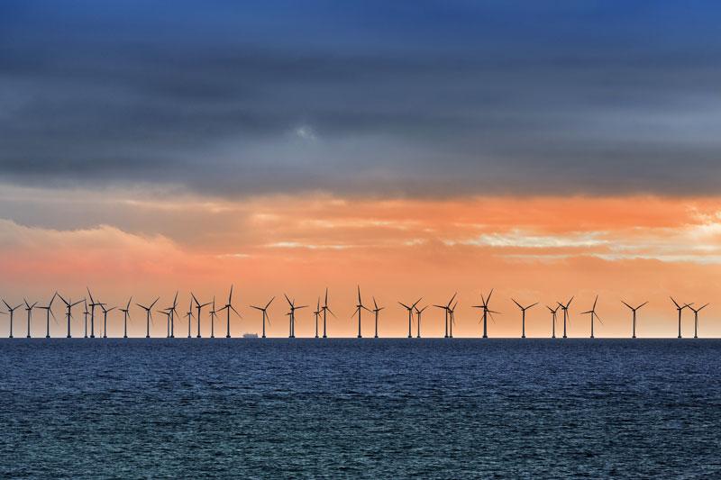 Großer Offshore-Windpark vor Sonnenuntergang