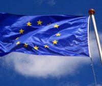 Wehende Fahne der EU am Fahnenmast
