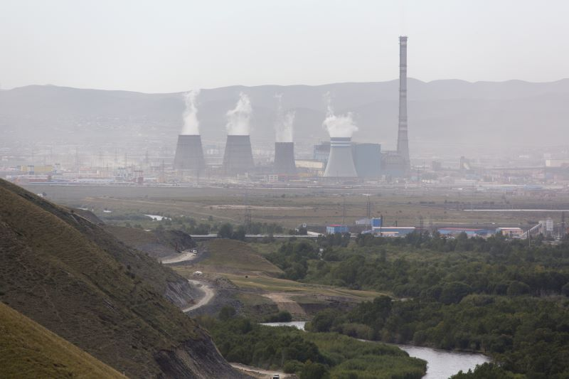 Ein Kohlekraftwerk stößt aus mehreren Schloten Dampf aus.