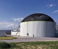 Biogasanlage vor blauem Himmel