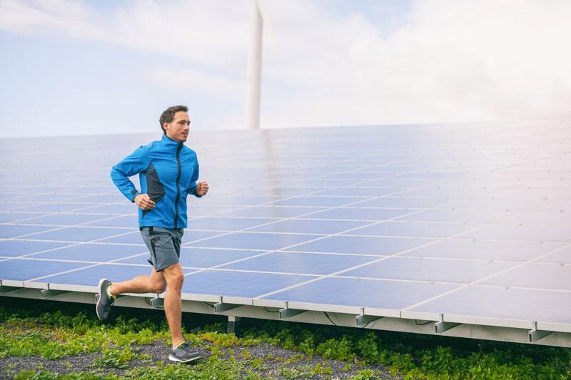 Jogger vor Photovoltaikanlage