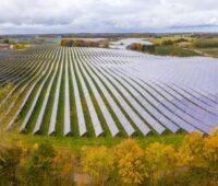 Ein PV-Park auf flachem landwirtschaftlichen Terrain in Dänemark.