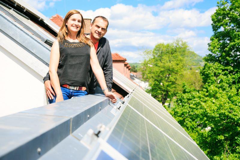 Ein Parr auf der Dachterrasse mit Photovoltaik.