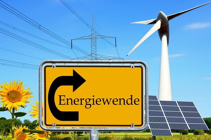 Fotomontage: Ortsschild Energiewende mit Photovoltaik, Windrad , Sonnenblume und Strom-Freileitung