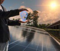 Ein Mann mit animierter schlauen Glühbirne vor einer Reihe vom Solarmodulen und starhlender Sonne am Himmel.