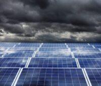 Photovoltaikmodule vor dunkeln Wolken