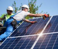 Arbeiter auf dem, Dach installieren Photovoltaik