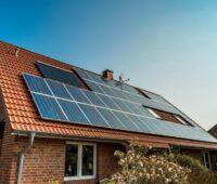 Eine Photovoltaikanlage auf einem roten Dach.