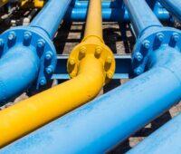 Gaspipelines blau und gelb gestrichen