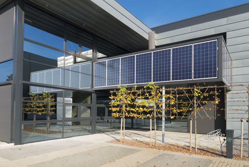 Photovoltaik an einem Bürogebäude.
