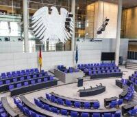 Blick in den leeren Plenarsaal des Bundestages