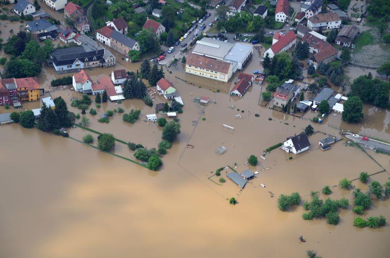 Luftbild eines Dorfes mit Hochwasser.