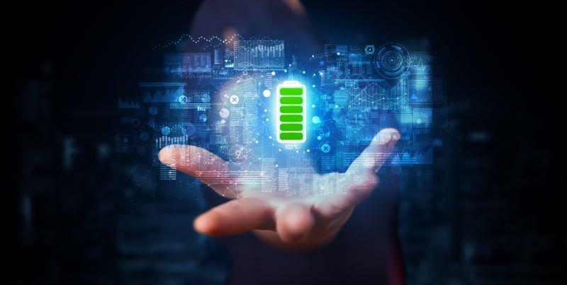 Ausgestreckte Hand hält eine Batterie voller Energie
