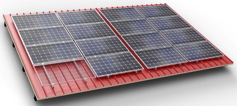 Solarmodule auf einem roten Blechdach.