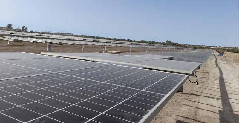 Foto einer Modulreihe auf erdigem Grund - Baustelle für Photovoltaik-Park Agenor in Spanien