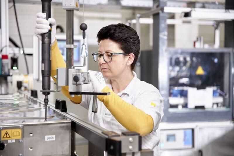 ZU sehen ist eine Mitarbeiterin von Akosol in der Produktion. Das Akasol Geschäftsjahr 2019 hat einen Personalzuwachs gebracht.