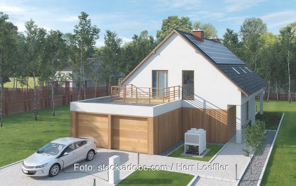 Zu sehen ist ein Haus mit E-Auto. Die neue Akkutechnologie SALD könnte die E-Mobilität voranbringen.