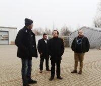 Zu sehen sind Firmenvertreter bei der Werksabnahme der Kollektoren für die Prozesswärme-Solarthermieanlage in Kienbaum.