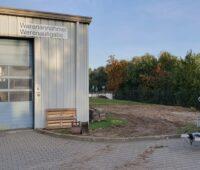 Zu sehen ist das Gelände, auf den der Solarkollektor-Hersteller Akotec seine Produktionsfläche erweitern will.