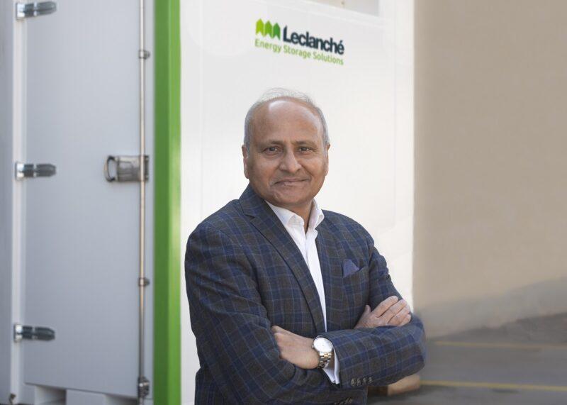 Zu sehen ist Anil Srivastava, CEO von Leclanché vor dem Container mit dem LeBlock-Batteriespeicherkonzept.