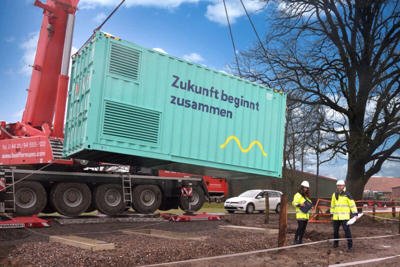 Energiecontainer hängt am Mobilkran
