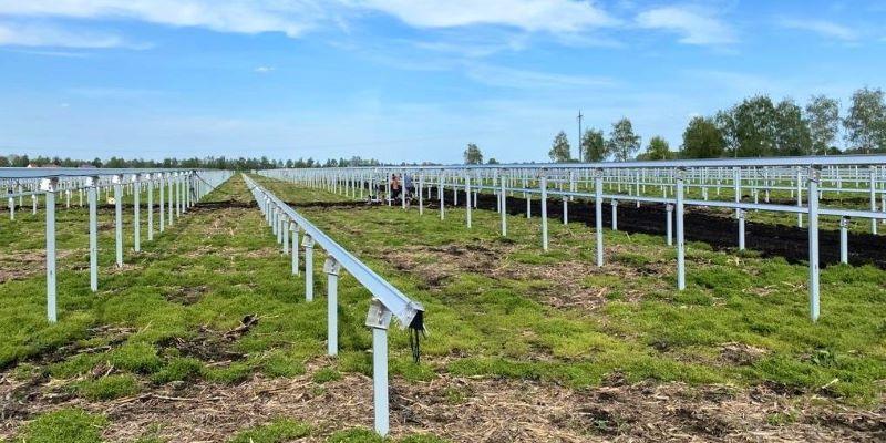 Aufständerung für einen Solarpark auf der grünen Wiese.