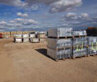 Noch ist das Mateiral des Solarparks in Plastikfolie verpackt. Es handelt sich um ein Netzparität-Projekt.
