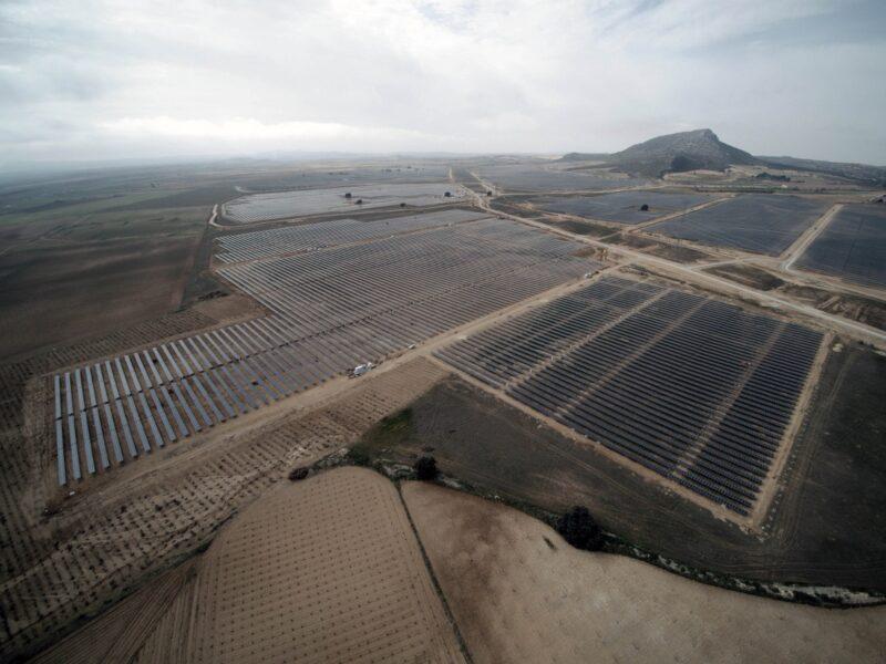 Zu sehen ist eine Luftaufnahme der 40 MW Photovoltaik-Freiflächenanlage, die Athos Solar in Spanien realisiert hat.