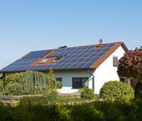Wenn mehr große Photovoltaikanlagen auf Hasudächern installiert wären wie auf dem Foto zu sehen, würde der Anteil der Photovoltaik am Stromverbrauch nicht stagnieren.