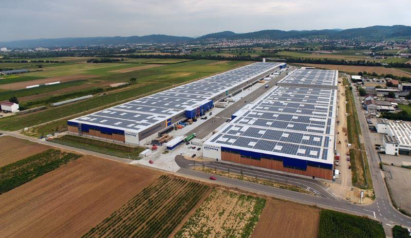 Blick über eine Logistikhallen mit Photovoltaik auf den Dächern.