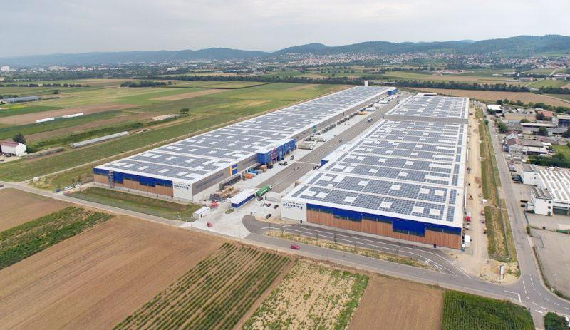 Logistikhallen mit Photovoltaik auf den Dächern