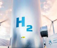Zu sehen ist ein Wasserstofftank mit Windenergieanlagen und Photovoltaik-Modulen, Aurora hat die Kosten für grünen Wasserstoff analysiert.
