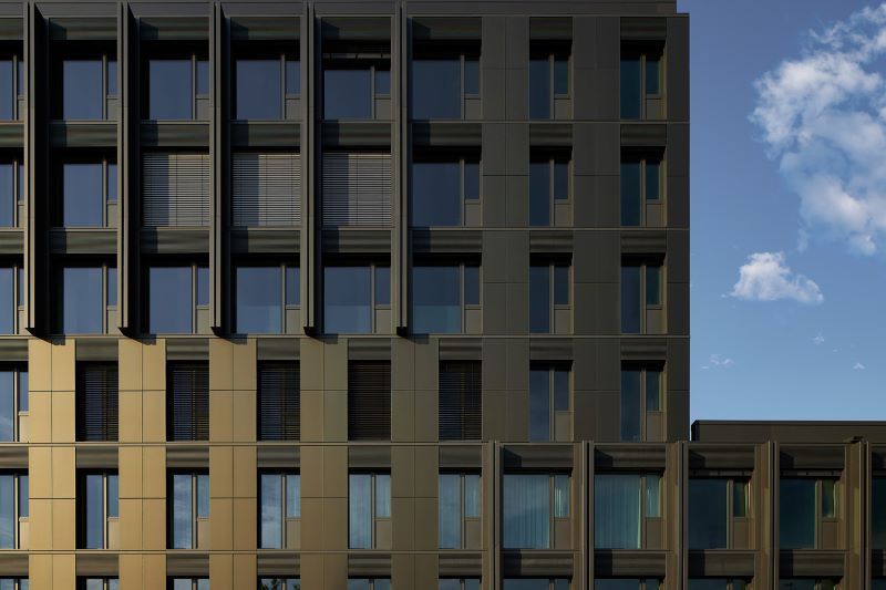 Moderne Bürofassade mit integrierter Dünnschicht-PV.