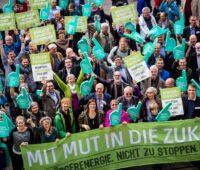 Frauen und Männer demonstrieren für Bürgerenergie.