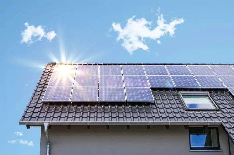 Zu sehen ist eine PV-Anlage auf einem Haus, die mit zu dem Photovoltaik-Rekord im Juni 2021 beigetragen hat.